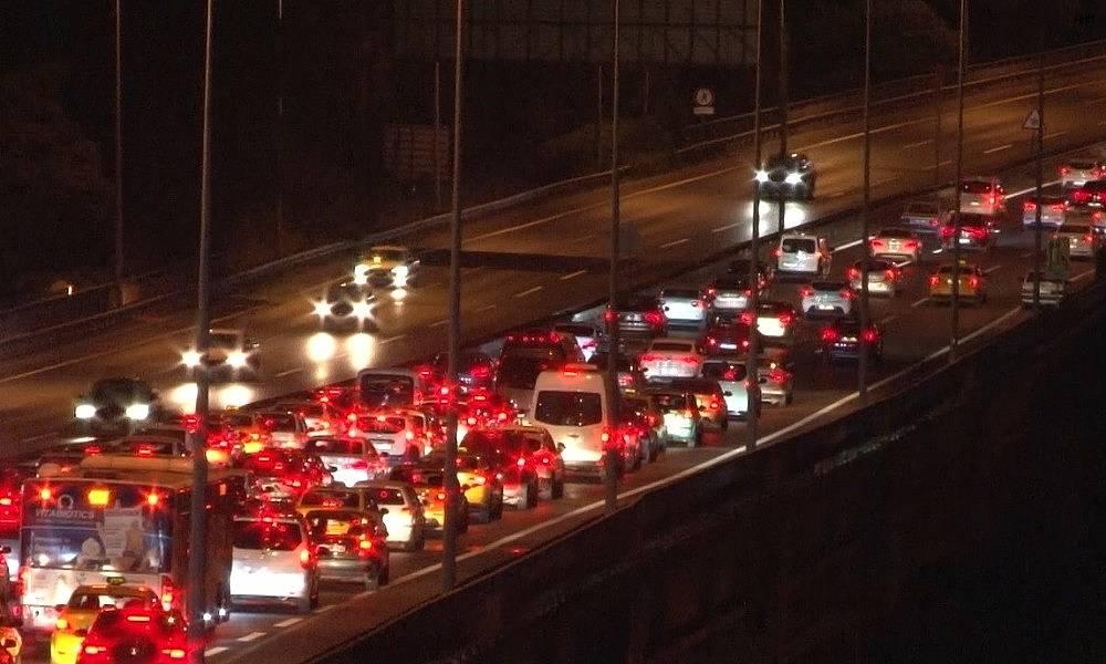 2020/07/istanbulda-bayram-trafigi-gece-saatlerinde-de-suruyor-20200730AW07-3.jpg