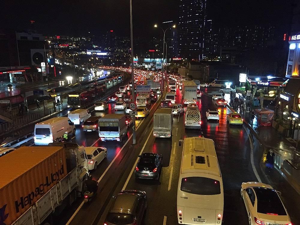 2020/11/beylikduzu-ambarli-liman-yolunda-trafik-sorunu-20201119AW16-1.jpg