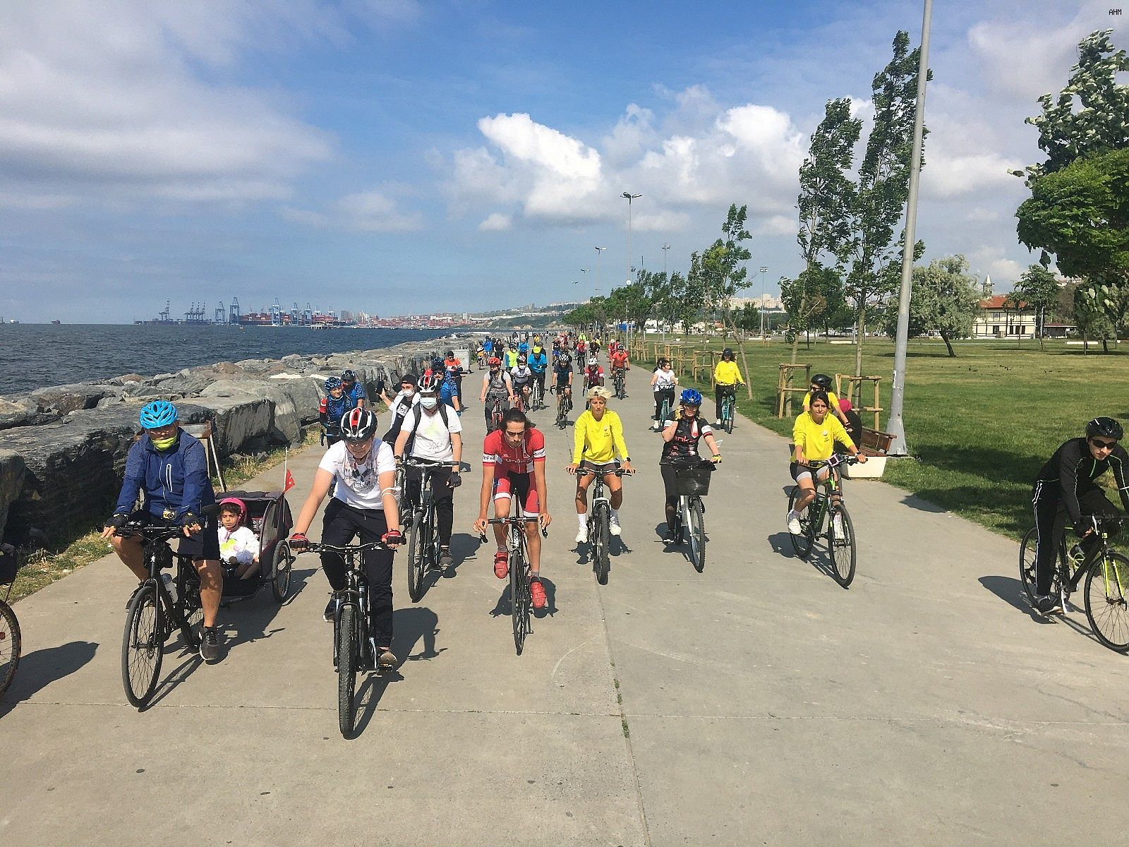 2021/06/avcilarda-bisikletseverler-dunya-bisiklet-gunu-icin-pedal-cevirdi-20210603AW33-3.jpg