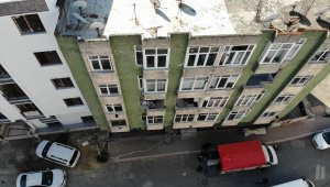 Esenyurt'ta depremde çatlaklar oluşan binadan vatandaşlar taşınıyor