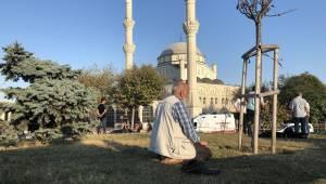 Vatandaş Namazını Caminin Bahçesinde Kıldı