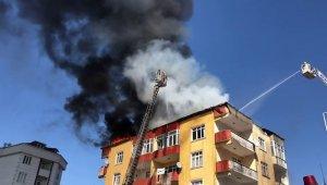 Esenyurtta 4 katlı binanın çatısı alev alev yandı