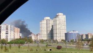 Esenyurt'ta 4 katlı binanın çatısında yangın çıktı. Olay yerine çok sayıda itfaiye ekibi sevk edildi.