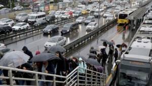 İstanbul'da Yağmur ve Kazalar Trafiği Felç Etti