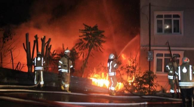 Sarıyer'de hurdalık ve kağıt deposu olarak kullanılan yerde çıkan yangın eve sıçradı