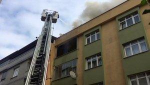Sultangazi Cebeci Mahallesi'nde bulunan bir binanın çatı katında henüz bilinmeyen bir nedenle yangın çıktı. Olay yerine itfaiye ekipleri sevk edildi.