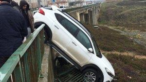 Başakşehir'de kokutan kaza: Önce demir korkuluklara çarptı sonra askıda kaldı