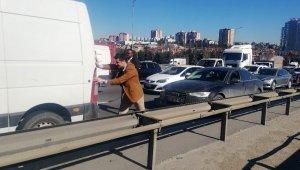 """TEM Bahçeşehir'de """"kazaya bakma"""" kazası"""