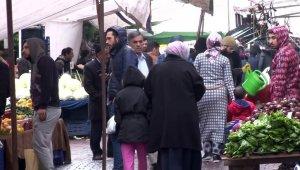 Yasağa rağmen aileler pazara çocukları ile geldi