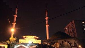 Yatsı ezanı sonrası camilerde dua sesleri