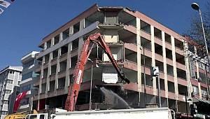 Avcılar'ın 50 yıllık binası sokağa çıkma kısıtlaması sona ermeden yıkılacak