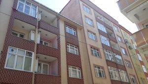Esenler'de bir evin çatısı karşı binaya uçtu
