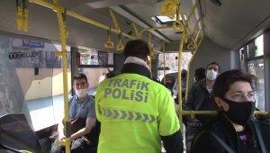 Fatih'te otobüste yan yana oturan vatandaşlar uyarıldı