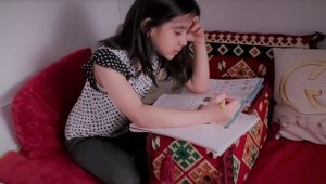 Göçmen Afgan çocuk Asinat'ın eğitim endişesi