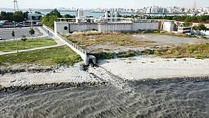 Avcılar'da İSKİ atık su arıtma tesisinden denize bırakılan su kötü koku yayıyor