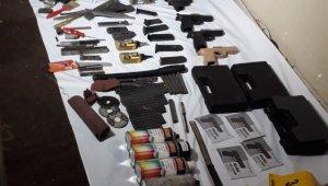Beyoğlu'nda metruk binada silahlar ele geçirildi