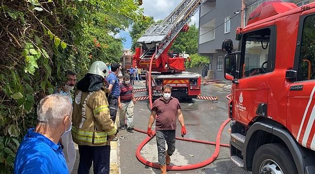 Göktürk'de bina çatısı alev alev yandı