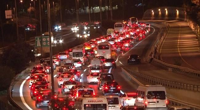 İstanbul'da bayram trafiği gece saatlerinde de sürüyor