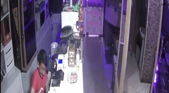İstanbul'da çocuk hırsızın lokantayı korkuyla soyduğu anlar kamerada