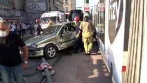 Otomobille tramvay çarpıştı: 1 yaralı