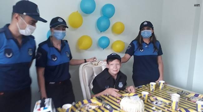Zabıta ekiplerinden 20 yaşına giren otizmli Mehmet'e doğum günü sürprizi