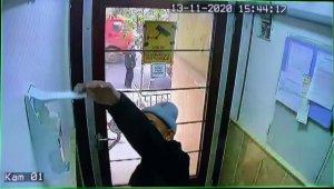 Sebze satıcısı sipariş getirdiği adreste ellerine sıktığı dezenfektanı alarak gitti
