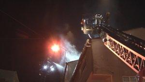 Esenler'de iki binanın çatısı alev alev yandı