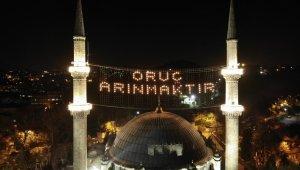 İstanbul'da camiler Ramazan ayının başlangıcı ile birlikte mahyalarla süslendi