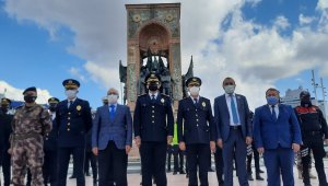 Taksim Cumhuriyet Anıtı'na çelenk bırakıldı
