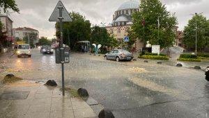 Arnavutköy'de etkili olan yağmur inşaat alanını göle çevirdi