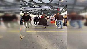 Avcılar'da Metrobüs Durağında 'Beni İttin' Kavgası