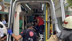 Fatih'te alevlerin arasında kalan yaşlı kadını itfaiye kurtardı