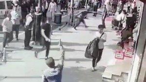 Fatih'te ortalığı birbirine katan 2 sarhoş kamerada