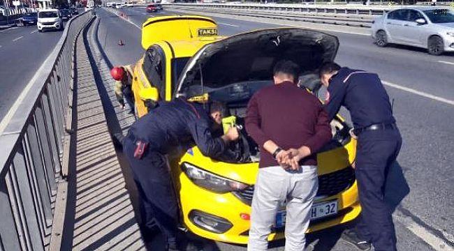 Avcılar'da taksinin motoruna giren inatçı kediyi usta çıkardı