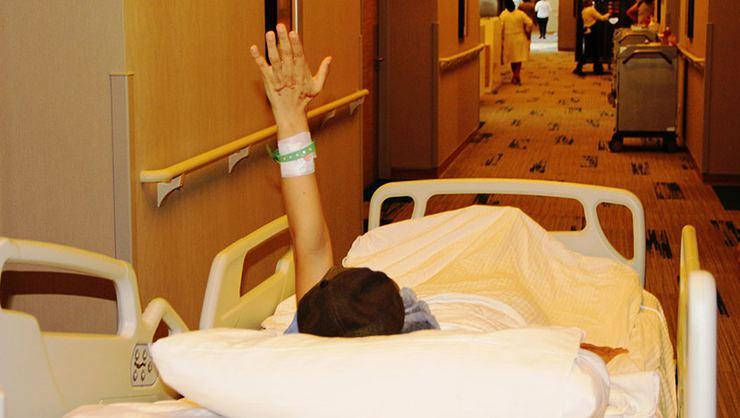 Berfin ilk ameliyatına el sallayarak girdi