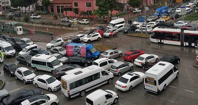 Hemzemin geçitte trafik keşmekeşliği