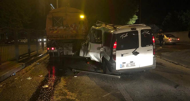 Kaza yapan arabadaki yolcu, araçta sıkışan arkadaşını bırakıp kaçtı