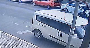 Avcılar'da feci kaza, Araba çarpan kadın havaya savruldu