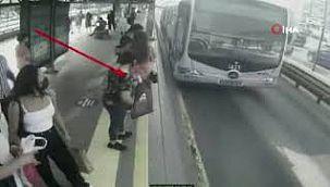 Metrobüste yankesicilik yapan kadınlar kamerada