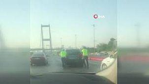 Üsküdar'da yolda kalan aracın yardımına polisler koştu