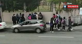 Okul çıkışı kızlar birbirine girdi, o anlar cep telefonu kamerasına yansıdı